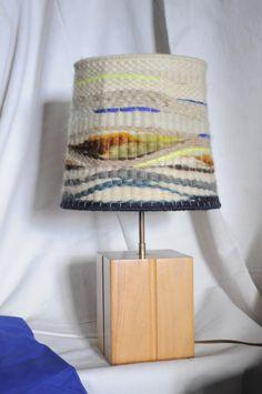 Une touche 70's pour cette lampe à poser au pied en bois massif vernis miel,on aime son abat-jour en laine aux tons naturels et ses petites touches...