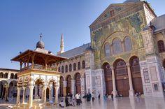 Mezquita de los Omeyas, en Damasco. En 634 los árabes conquistan Damasco. Empezó a ser construida en el año 706, sobre una catedral bizantina dedicada a San Juan Bautista, considerado profeta por el cristianismo e islamismo (posee una capilla que dice contener su cabeza). Está considerada como el cuarto lugar más sagrado del Islam. Notar el Minarete de Jesús (Isa), el más alto, se dice que Cristo aparecerá aquí al final de los tiempos para derrotar el anticristo / Por Rainer Lott / Steffi…