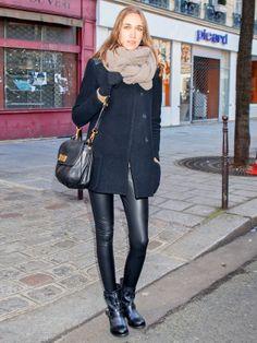 レザーパンツでモード感アップ! パリのオール黒スタイル