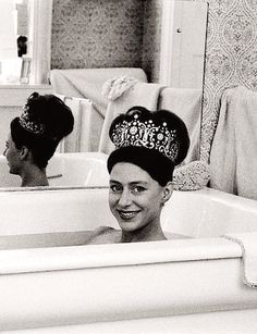 Just wearing a tiara in the bath, as you do! Princess Margaret wearing her favorite tiara in the tub (photo taken by Lord Snowdon, her husband) If I had a tiara, this would TOTALLY be me! Royal Tiaras, Royal Jewels, Tiaras And Crowns, Crown Jewels, Royal Crowns, Princesa Margaret, Margaret Rose, Elizabeth Ii, Grace Kelly
