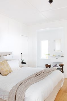 Master bedroom in northern beaches Sydney home. A fresh take on the Hamptons look. Architect Daniel Raymond; Photography by Simon Whitbread, styling by Maria Dyon for Inisde Out Open House.iziak.
