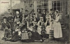 Postcard Dörpswies, Bauerntheater, Spinnrad, Akkordeon, Gruppenfoto
