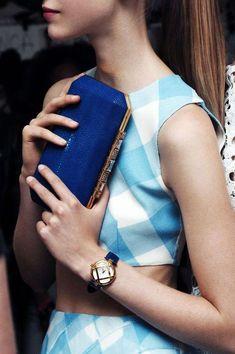 Abbinare la borsa blu - Clutch blu per un look bon ton