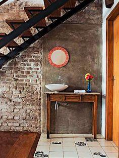 Este lavabo está cheio de boas ideias quando o assunto é reformar e recuperar um cantinho que parecia perdido e sem vida. Para transformar o banheiro pequeno e sem janela, a solução dada pelos arquitetos Julio Bouvier e Giles Castellan, de São Paulo, foi abri-lo para a sala e caprichar nos revestimentos. As cerâmicas assinadas pelo artista Flavio de Carvalho demarcam o piso e o cimento queimado dá um toque especial e mantém a rusticidade dos tijolinhos aparentes – antes deteriorados.