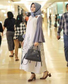 Mau warna pastel, gelap, hingga cerah pun maxi dress selalu sukses bikin kamu terlihat wow!