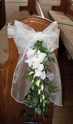 green tulle and purple mini cala lilies pew decoration Wedding Top Table, Wedding Pews, Wedding Bouquets, Wedding Flowers, Pew Bows For Wedding, Wedding Church, Pew Flowers, Church Flowers, Purple Wedding Decorations