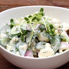 Dla tych, co lubią sobie ostro pochrupać w upał: chłodna letnia sałatka z majonezem. Przyjemnie pikantna za sprawą rzodkiewki i różyczek surowego kalafiora, z lekko słodką nutą kiełków słonecznika… Appetizer Salads, Appetizer Recipes, Salad Recipes, Appetizers, Vegetarian Recipes, Cooking Recipes, Healthy Recipes, Diner Recipes, Side Salad