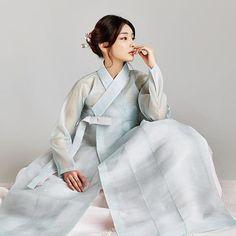 요즘 한복이 좋더라. 한복(5) Korean Traditional Dress, Traditional Wedding Dresses, Traditional Fashion, Traditional Outfits, Korean Hanbok, Korean Dress, Korean Outfits, Culture Clothing, Vogue Korea