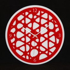 """L'horloge """"Triangle"""" est une horloge murale avec des triangles émoussés de toutes tailles imbriqués les uns dans les autres. Cette horloge décorative de fabrication française est équipée d'un mouvement à quartz précis ultra silencieux, de deux aiguilles, d'une trotteuse et d'un crochet de suspension.  Plusieurs couleurs disponibles."""