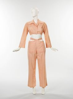 A playsuit by designer Bonnie Cashin. This American playsuit from 1947 is made of cotton. The playsuit was very popular for women during this time. It was a comfortable way for women to be more protected during the war and while working. Vintage Outfits, 1940s Outfits, Casual Outfits, 1940s Fashion, Vintage Fashion, Bonnie Cashin, Vintage Mode, Vintage Style, Vintage Coach
