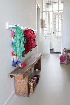 mooi! Combi oud hout en wit, en die deuren!!! Vergelijkbare bankjes zijn te koop bij www.old-basics.nl