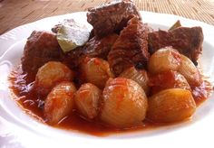 The perfect Greek beef stew (Stifado)! Juicy and tender, melt-in-the-mouth beef stew with a delicious, slightly sweet, intense tomato-based sauce... Discover all the secrets to make it to perfection!