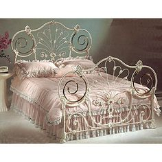 Love American-Style Bed Shabby Chic Decor Bedroom, White Iron Beds, Bedroom Vintage, Furniture, Bedroom Bed Design, Shabby Chic Bedrooms, Bed, Farmhouse Style Living Room, Beautiful Bedding