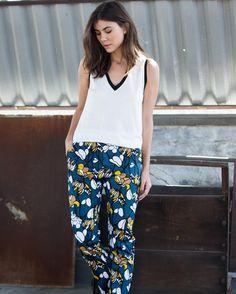A combinação da calça estampada com tops básicos é cool e atual. Shop now com 50%OFF!
