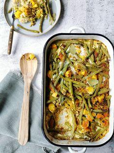 NIEUW! Vega boboti met linzen Boboti is een beroemd Zuid-Afrikaans gerecht, dankzij de welbekende pakken wereldgerechten. Boboti is een Zuid-Afrikaanse klassieker met gehakt, ei, melk en kurkuma. De boboti van de wereldgerechten wordt gemaakt met sperziebonen en dat vind ik zelf wel een mooie toevoeging. Voor mij is een maaltijd pas af, als er een flinke portie groente in is verwerkt. Dus ik ging aan de slag met mijn eigen versie van de boboti: een vegetarische boboti met linzen. Healthy Food, Healthy Recipes, Moussaka, Tex Mex, Broccoli, Curry, Drinks, Cooking, Ethnic Recipes