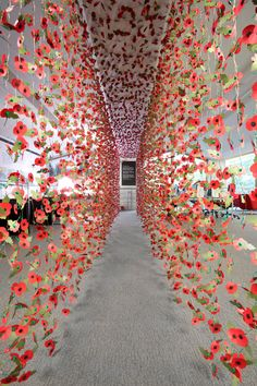 8000 remembrance poppies were used to form this installation by Rebecca Louise Law Art Floral, Deco Floral, Remembrance Poppy, Instalation Art, Flower Installation, Light Installation, Anzac Day, Art Plastique, Land Art