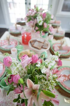 How to Host an Easter Brunch | This Easter it's all about brunch. Keep it simple, serve classic favorites and everyone will be happy. We're talking table decor and recipe ideas. Don't miss this one. || JennyCookies.com Easter Dishes, Easter Books, Easter Table, Easter Decor, Easter Lunch, Easter Candy, Brunch Table Setting, Brunch Decor, Brunch Ideas