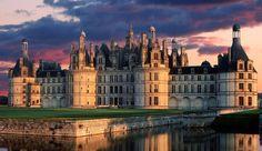 Château de Chambord (Francia) En la región de los Países del Loira, es uno de los castillos más reconocibles en el mundo debido a su arquitectura renacentista francesa muy distintiva que mezcla formas tradicionales medievales con estructuras clásicas italianas.
