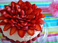 The Joy of Everyday Cooking: Light Strawberry Flower Cake yummy-sweets Köstliche Desserts, Delicious Desserts, Dessert Recipes, Yummy Food, Beautiful Cakes, Amazing Cakes, Cake Mix And Soda, Cupcake Cakes, Cupcakes