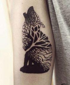 Schwarze Tinte Wolf besteht aus Holz Tattoo am Arm
