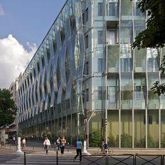 Dessiné par l'agence Philippe Gazeau architecture, le bâtiment Laennec du pôle Médico Chirurgical de l'Hôpital Necker étire sa double peau a...