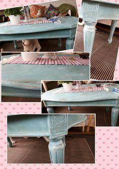 """Slitagemålat bord målat med Annie Sloans Chalkpaint """"Provence"""" med darkwax och vitt wax."""
