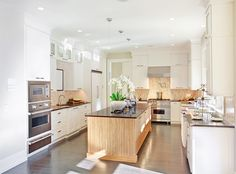 Einladende Küche mit warmweissen LED Einbauleuchten.   #led #light #downlight #led downlights