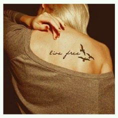 """Tatuaje con la frase """"Live Free, Vive Libre"""""""