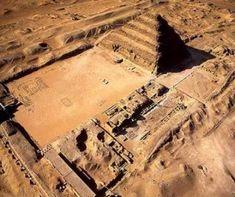 Complejo funerario de Djoser en Saqqara (544,90 m largo por 277,60 ancho). Los muros que circundan el recinto presentan la misma decoración a modo de fachada de palacio que se hallaba en las mastabas anteriores. No existe más que una puerta de comunicación con el exterior, pero a lo largo de esa muralla había trece falsas puertas. Muchos de los edificios interiores son puramente simbólicos, forman parte de una escenografía; a espaldas de sus fachadas no hay más que un relleno de piedra