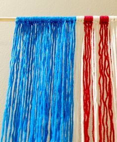 Red, White, and Blue Yarn Hanging Patriotic Decorations, Yarn Projects, My Face Book, Red And White Stripes, Yarn Crafts, Craft Tutorials, Hand Lettering, Place Card Holders, Crafty