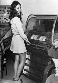 Girl choosing a song on the jukebox Juke Box, Rock And Roll, Vintage Outfits, Vintage Fashion, Music Machine, Record Players, Vintage Vinyl Records, Vintage Music, Vintage Box