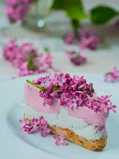 Zbiór przepisów kulinarnych- bez pieczenia: Wiosenny sernik z kwiatów bzu i malin