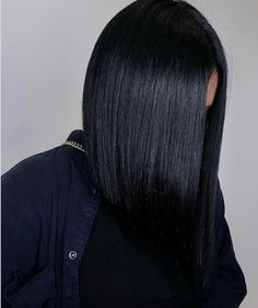 FrenchEconomie™️ Hairstyles & Hair Colors Spring 2019: Inky Jet Black Hair Color. Even Though Spring Traditionally Carries Light And Sunny Colors, This Spring 2019 Season Jet Black, Glossy Hair With Lots Of Shine Is An Up-And-Comming Trend. #blackhair #jetblackhair #springhair