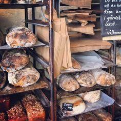 Leva kungslador utanför Visby på Gotland – Gotlandstips.se #gotland #gotlandstips #sweden #eco #ecological #café #barn #bakery Bakery Store, Bread Shop, Food Concept, Cafe Design, Bread Baking, Pain, Cottage Style, Deli, Coffee Shop