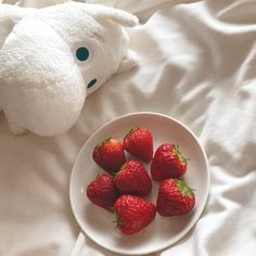 Imagen de strawberry, red, and aesthetic Korean Aesthetic, Aesthetic Colors, White Aesthetic, Aesthetic Food, Aesthetic Pictures, Minnie, Insta Photo, Plushies, Cute Food
