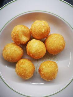 """Η Συνταγή είναι από κ.  Ntina Orfanli  – """"Γλυκά κουταλιού και φαγητά ....πιρουνιού!!"""".    ΥΛΙΚΑ  200 γρμ γραβιέρα τριμμένη  Ασπράδια από 2 αυγά  Πανεύκολες και νόστιμες    ΕΚΤΕΛΕΣΗ  Ανακατεύουμε και γίνεται ένα συμπαγές μείγμα. Φτιάχνουμε μπαλίτσες     Μόλις κάψει το λάδι βάζουμε Pretzel Bites, Bread, Food, Eten, Bakeries, Meals, Breads, Diet"""