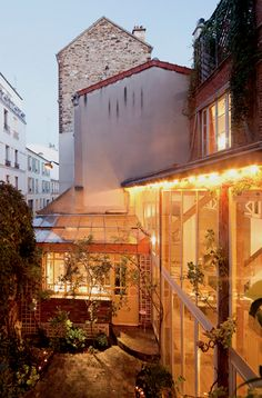 loft in paris... if I could live somewhere else.. sitting by the window, watching the people in the streets, and sipping on a warm cup of coffee.. yes!