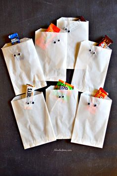 Trick-or-treaters and Halloween party guests will be in for a sweet surprise when candy is presented in these spooky Halloween treat bags. These simple DIY Halloween projects are sure make your celebration extra special. The post DIY Halloween Treat Bags and a Halloween Candy Cookie Bars Recipe appeared first on Halloweenily. Diy Halloween Treats, Halloween Goodies, Halloween Candy, Holiday Treats, Halloween Projects, Halloween Ideas, Halloween Baskets, Halloween Tricks, Halloween Parties