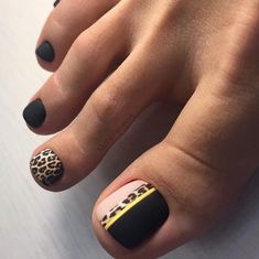 Fashionable girls don't neglect every detail of beauty, including toes.When we wear fashionable sandals in summer, our toe nails also become a beautiful scenery.In addition to manicure nails, please do. Pedicure Designs, Manicure E Pedicure, Toe Nail Designs, Pedicure Ideas, Pedicures, Black Manicure, Ideas For Nails, Jamberry Pedicure, Nail Ideas