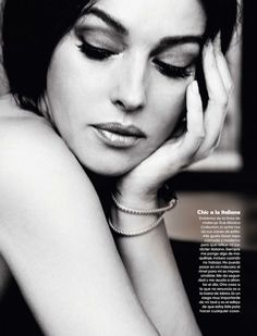 Italian actress Monica Belluci, photographed by Juan Aldabaldetrecu for the Elle Spain's May issue. Monica Bellucci Fotos, Monica Belluci, Pure Beauty, Classic Beauty, Timeless Beauty, Black And White Portraits, Black And White Photography, Meninas Star Wars, Foto Picture