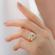 These daisy floral rings will be an indispensable part of your summer 2021 style. Easily adjustable and will definitely fit your finger. 🌼 These daisy rings are trendy/fashion for the summer of 2021 ❌ Definitely not from China. 🚑 Skin-Friendly, Anti-allergic, No harmful chemical, Hypoallergenic Daisy Ring, Unusual Rings, Jewellery Boxes, Cute Rings, Delicate Rings, Silver Flowers, Ring Designs, 18k Gold, Sterling Silver Rings