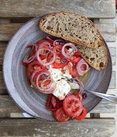 feta la cuptor Romanian Food, Happy Foods, Caprese Salad, Bruschetta, Feta, Good Food, Make It Yourself, Cooking, Ethnic Recipes