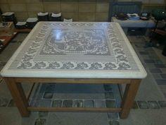 Tavolo in biancone con incisioni che ricordano tappeto sardo