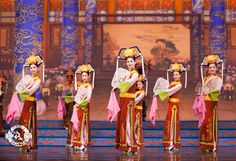 The ladies of the Qing Dynasty palace display their exceptional grace. Photo: Manchurian Elegance, 2011. #dance