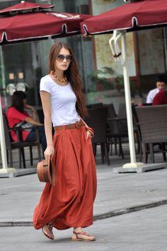T-shirt basique blanc + jupe longue rouge-orangée + accessoires marrons (dont chapeau)