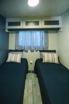 Mobil Home de alquiler, con vistas al mar, en el camping situado en la Costa Dorada. Couch, Sea, Navy, Furniture, Home Decor, Ocean Views, Hale Navy, Settee, Decoration Home