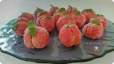 Le Pesche dolci sono dolcetti da un forte impatto visivo formati da un guscio di biscotto farcito con crema, passati nell'alchermes e passati nello zucchero