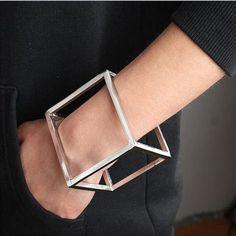 Resultado de imagem para imagens de malas,sacos,aneis,argolas,pulseiras,braceletes,fios,colares todo o tipo de acessórios de moda