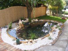 Álmodoztunk már arról, hogy egyszer mutatós kis kerti tó teszi majd hangulatosabbá az udvarunkat? Ha úgy gondoljuk, hamarosan meg is valósítanánk, nézzük át, milyen lépésekből áll ez.
