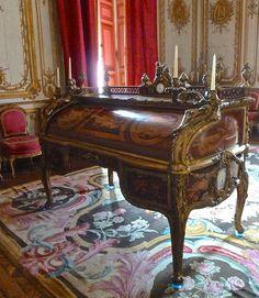 Louis XV's roll-top secretary - Secrétaire à cylindre de Louis XV par les ébénistes Oeben & Riesener - Petit Appartement du Roi, Château de Versailles - photo Marie J